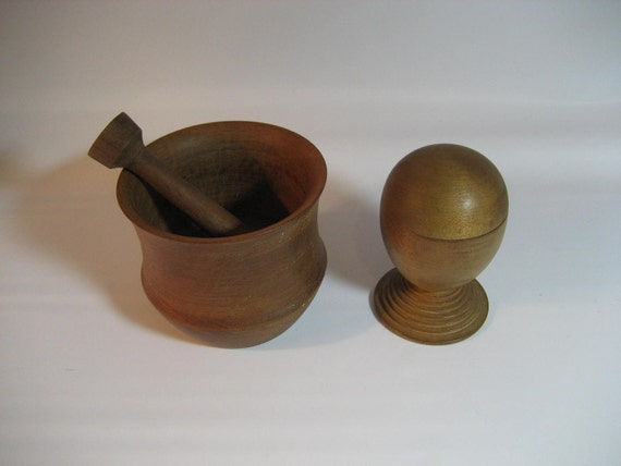 3 pieces of vintage wooden treenware: covered box, mortar and pestle