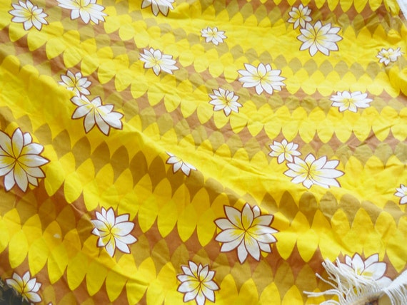 """Vintage tablecloth, Yellow and brown flowers, fringed, 54"""" round"""