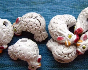 20 Tiny Hen Beads - white