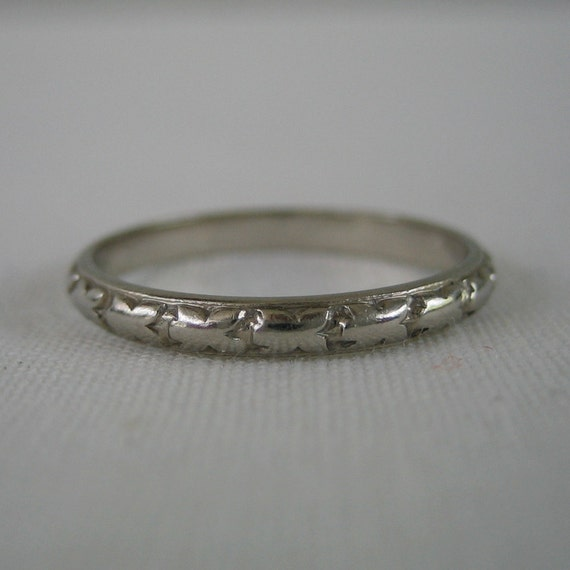 Art Deco Wedding Band. Floral Etched Pattern. Belais. Addy on Etsy.