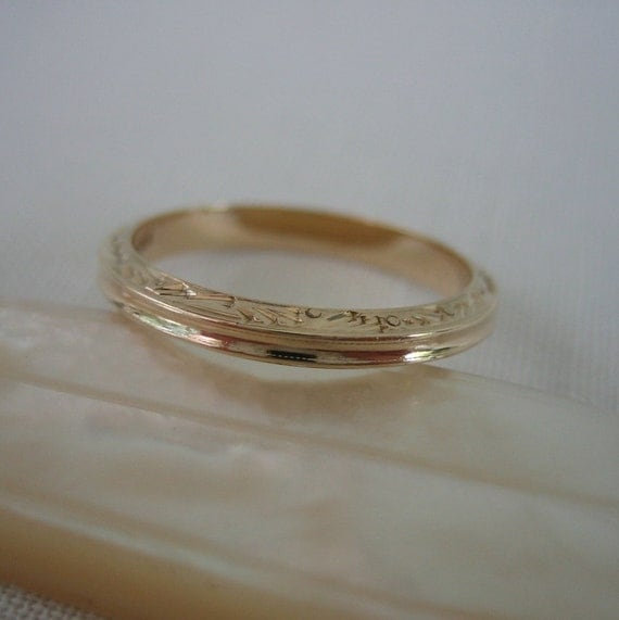 Antique Wedding Band. Yellow Gold Scroll. Circa Early 1900s
