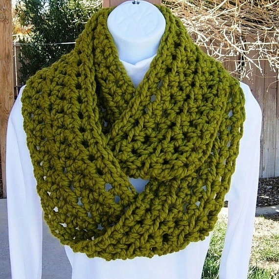 INFINITY COWL SCARF..Lemongrass Green..Bulky Soft Wool/Acrylic..Winter Eternity Circle Thick Cowl, Neck Warmer..Ready to Ship Next Day