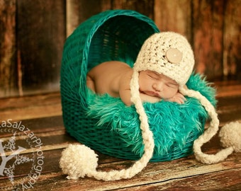 Newborn Big Pom Pom Hat in Cream