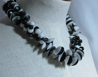 Vintage Black and White Acrylic Shell Necklace Set 1960's NEW OLD STOCK...csc41