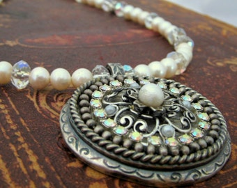 Classic pearl necklace with a modern touch