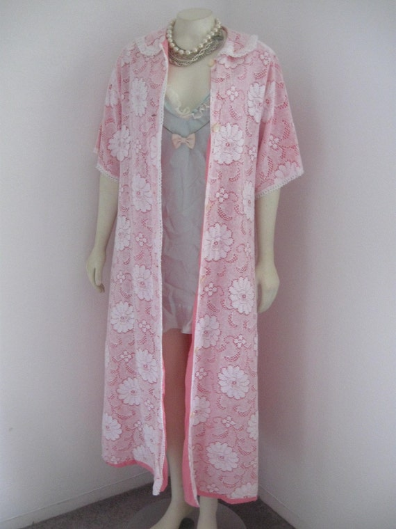 Pink Lady ..... Vintage 50's 60's Mad Men Lace and Pink cotton robe Size Large