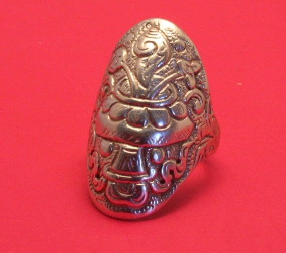 Vintage sterling silver ring. Size 6.5.  UK size M.  Stylized floral design. Very unusual