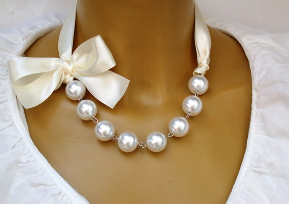 Artículos similares a Carrie Bradshaw inspirado collar de perlas en cinta crema , la versión corta resultados plateado plata en Etsy