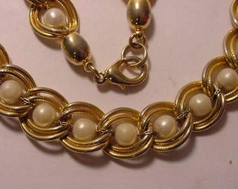 Vintage Gold Tone Neclace With Faux Pearls   2011 - 1133