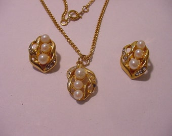 Vintage Faux Pearl And Rhinestone Necklace And Clip On Earring Set   11 - 1441