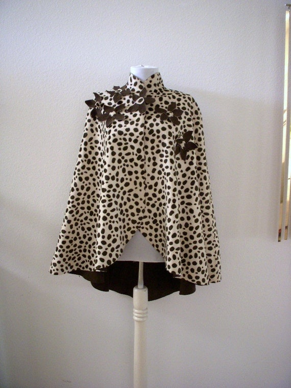 Vintage 60s Mod Cape Black and White Elliptical Hem with Daisies Animal Print Very Twiggy