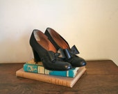vintage 40s shoes - RED CROSS black bow pumps / 7