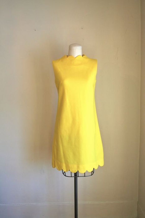 vintage 60s dress - SCALLOPED bright yellow shift dress / S