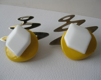 Space Age /Atomic jewelry/Op artPlastic and Metal/Clip Earrings/Yellow and white/Op art/Mid century
