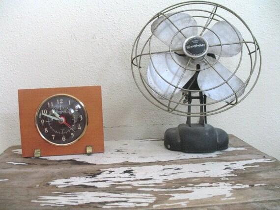 10 dollar SALE / vintage 1940s art deco electric clock / WWII TIME