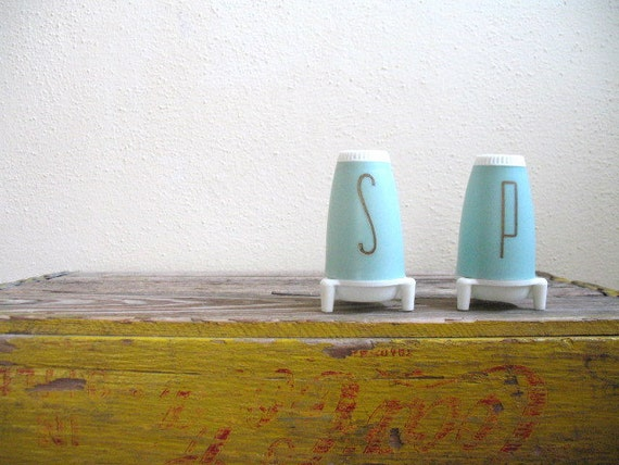 vintage 1950s 50s salt and pepper shakers / MINT SPICE