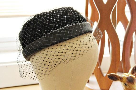 vintage hat / pillbox hat / 50s 60s hat w netting veil & bow // black velvet