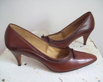 Vintage leather pumps Naturalizer rich brown shoes with tassles stilleto heels never worn size 8 excellent condition 1950s