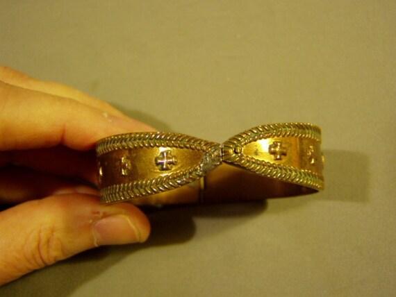 Antique Arts & Crafts Design Hand Made Embossed Brass Hinged Bangle Bracelet 3117