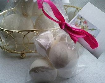 14 bath bombs 1 oz each (Vanilla) gift bag bath fizzies, great for kids...these smell delicious- perfect for dry skin