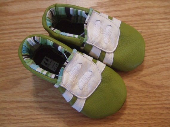 green baby boy's tennis shoes 12-18 months