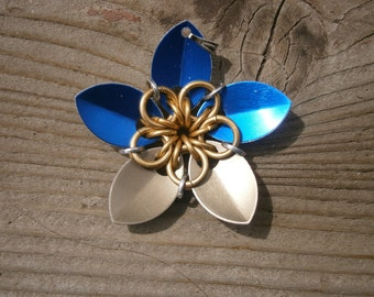 Everlasting Flower pendent in Saphire and gold