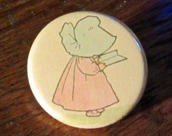 Sunbonnet Baby reading Book 1.25 inch BUTTON/PIN/BADGE Vintage Image