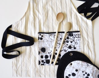kitchen gift set - kitchen apron and potholders set in black and white circles print - foodie gift