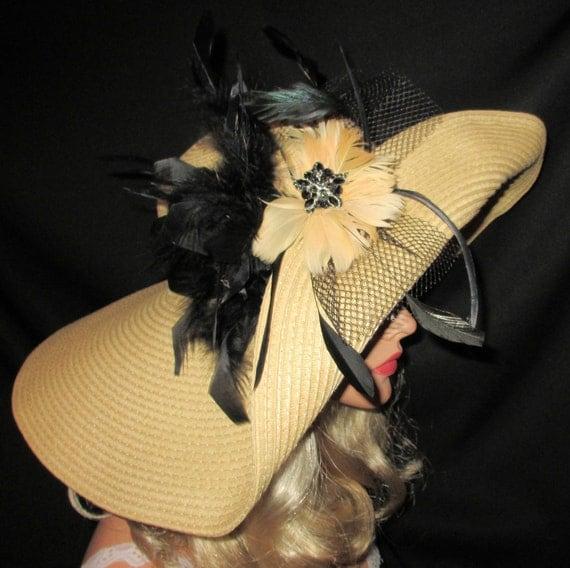 CRÈME DE LA CRÈME - Extra Wide Brim Kentucky Derby Sun Hat In Camel With Black Feather Plumes
