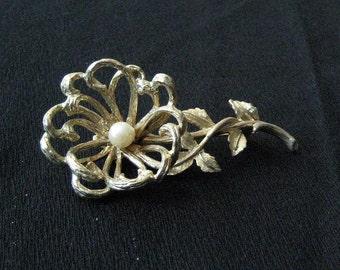 Funky Artsy Vintage Capri Goldtone Pearl Flower Brooch