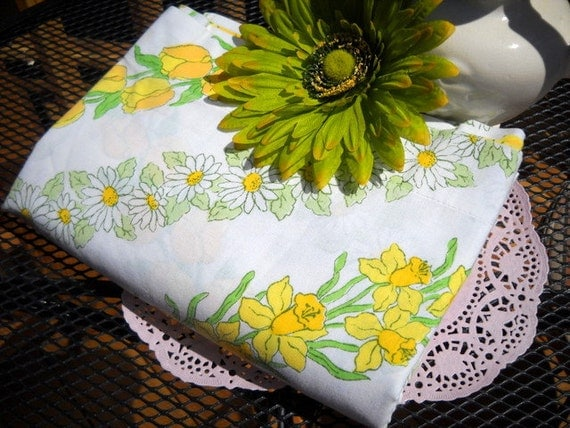 Charming Vintage Linen - Full Flat Sheet - Sweet Daisy and Tulip Print