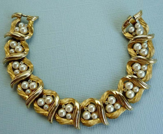 Signed Trifari Vintage Bracelet - Gold Tone linky Pearl Beads