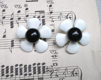 Black and White Retro MOD Daisy Earring 60's Vintage