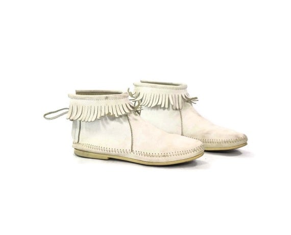 Minnetonka Moccasins: Duckie would be Proud. White leather Fringe cuff. Zip closure. Snowy day Bohemian luxe - Womens size 8