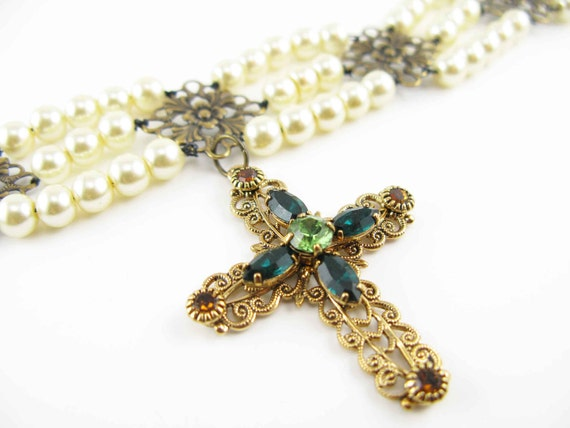 GREEN GLISTENING CRUCIFIX: Art reproduction from painting of Mary Tudor - Choker with crucifix - Tudor style