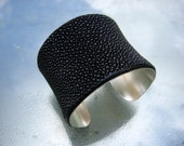 Cuff bracelet in stingray and sterling silver -  EBONY BLACK pearl finish