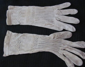 Gloves - Antique or Vintage Beige Ladies Wrist Gloves - Small (004A)