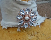 Beautiful  brooch with sparkling  rhinestones  with back pin 1 piece listing