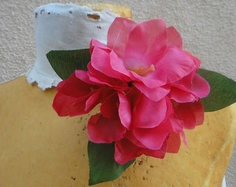 Cute   flower  with back pin and clip