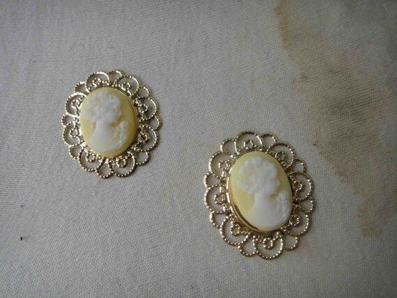 Beautiful  gold color cameo buckle 2  piece listing