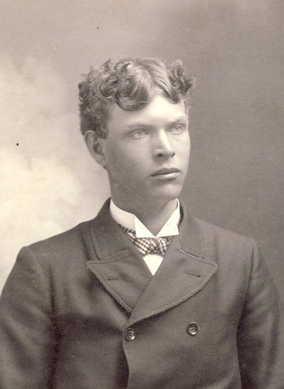 BRIGHT EYES and CURLY Hair on Handsome Young Man Cambridge Minnesota Cabinet Photo Circa 1900