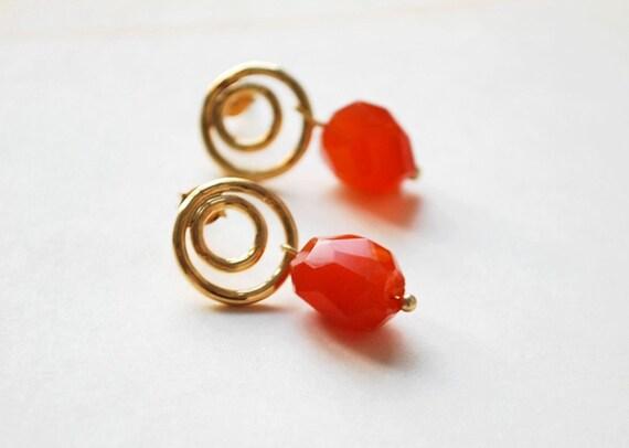 Orange Circles Earrings - dangle studs with golden circles and irregular carneol gemstones - gemstone everyday wear, tangerine tango, europe
