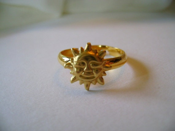 Sunburst. Golden Sun Face charm ring