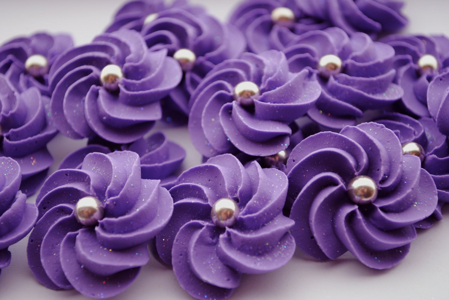 Sparkling purple royal icing flowers modern by for Glace decoration