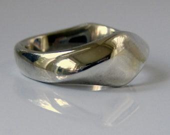Smooth Serpentine Ring