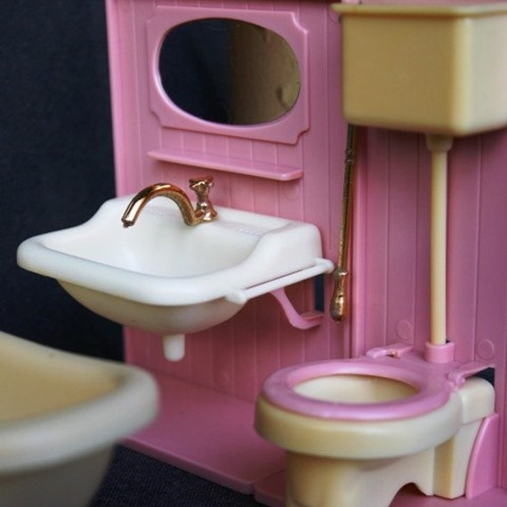 Perfect little pink bathroom