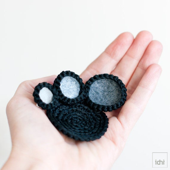 Brooch crochet circles with colored felt . Black & Gray.