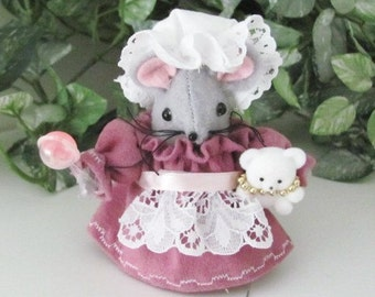 A  Mom- to -Be  Mouse Ornament Cake Topper with Baby Bump