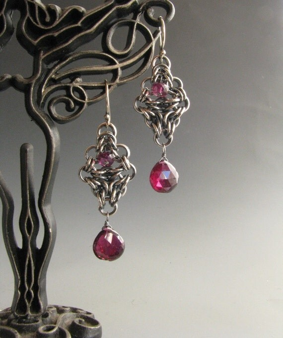 Chainmaille Earrings Arrow Drop with Garnet