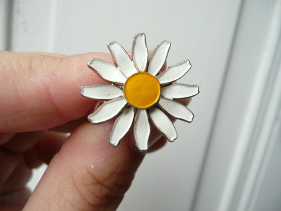 La Petite Marguerite cocktail ring- daisy flower - yellow and white enameled metal - eco friendly repurposed vintage
